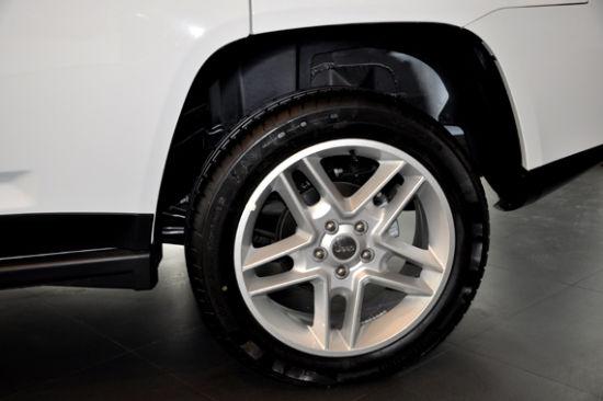 2013款Jeep指南者全系标配德国马牌轮胎,规格215/55/R18-越野绅士 高清图片