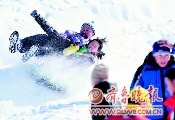 23日,游客在滑雪场玩得不亦乐乎。