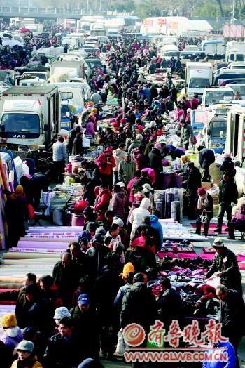 24日,在李村大集,市民扎堆买年货。