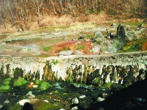 长白山温泉群五彩斑斓的岩石
