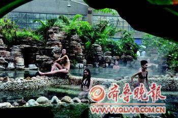 26日,2012年度世界旅游小姐各国佳丽在聊城阿尔卡迪亚国际温泉酒店体验温泉。