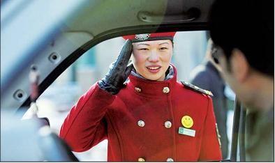 济南小区女保安冰天雪地下坚持站岗执勤(图)