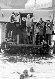 1月1日,济南泉水冬泳节举行。百余名冬泳爱好者汇聚大明湖。