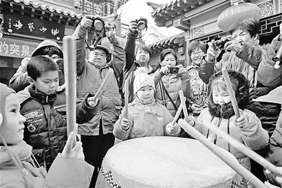 1月1日,在趵突泉公园内,众多市民敲福鼓、系福袋、赏民俗,感受浓浓的新年气息。
