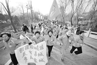1月1日,济南市传统健身项目元旦全民健身跑在大明湖超然楼开跑。