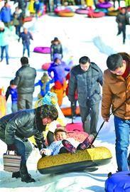 市民在泉城公园举办的冰雪节上,滑冰游玩。 记者谢永亮 摄□本报记者 袁晓辰