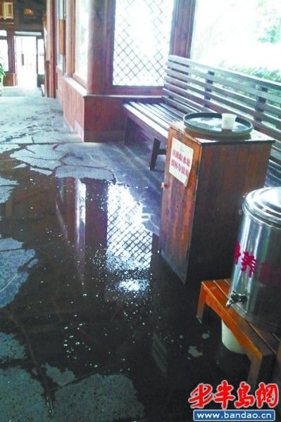 温泉区地面上洒的水没有人打扫,极容易滑倒。