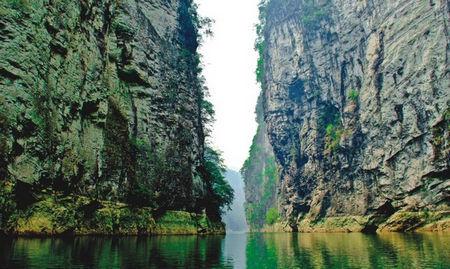 千仞神仙壁,一线瓮中天