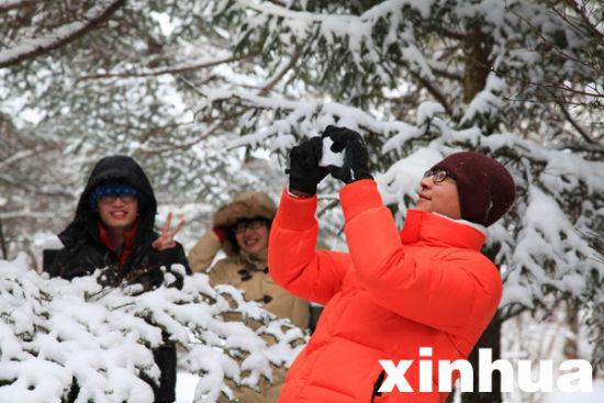 游客在神农架天燕滑雪场景区赏雪