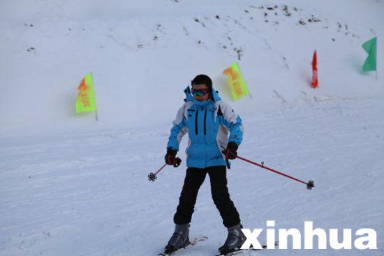 一名小游客在神农架天燕滑雪场训练滑雪