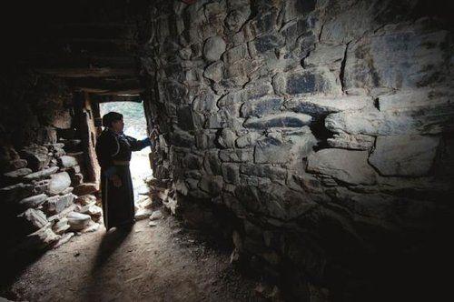 碉楼内部分13层,里面的石头已经被烟火熏黑。