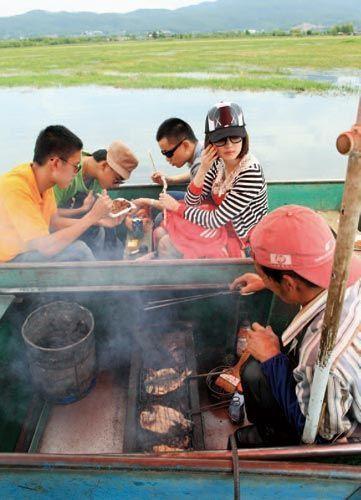 在船上吃烤鱼