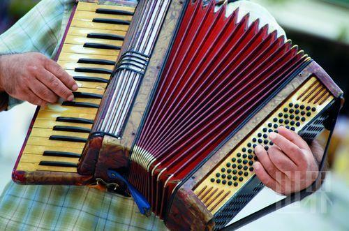演奏中的巴扬手风琴