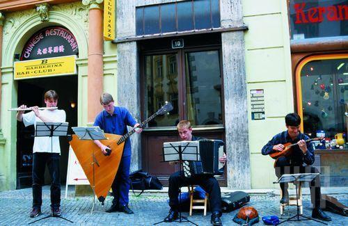 俄罗斯街头演奏中的手风琴乐手