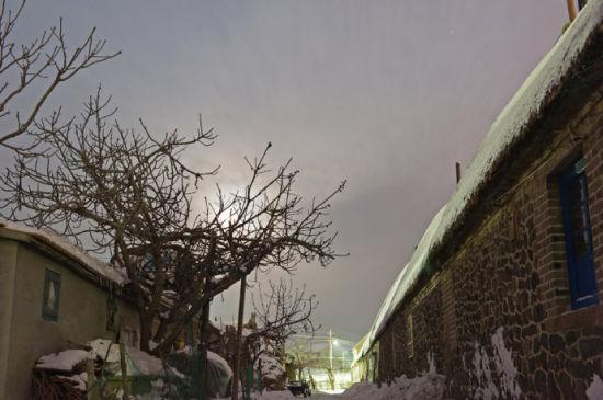 因为荣成地处沿海,夏季多雨潮湿,冬季多雪寒冷,在这种特殊的地理位置和气候条件之下,民居主要考虑冬天保暖避寒,夏天避雨防晒,于是,极具聪明才智的当地居民根据长期的生活中积累起来的独特的建筑经验,以厚石砌墙,用海草晒干后作为材料苫盖屋顶,建造出海草房。
