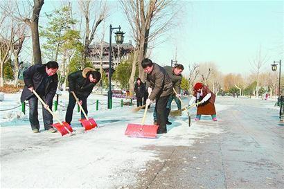 为保障市民游客的游园安全,今冬几场雪后,各公园景区提早动手,全力扫雪除冰。(本报记者 韩霄鹏 摄)
