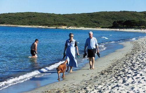 人们悠闲地在海滩漫步,享受宁静的假期,也许一不小心,便会偶遇一位国际明星 摄影/周齐