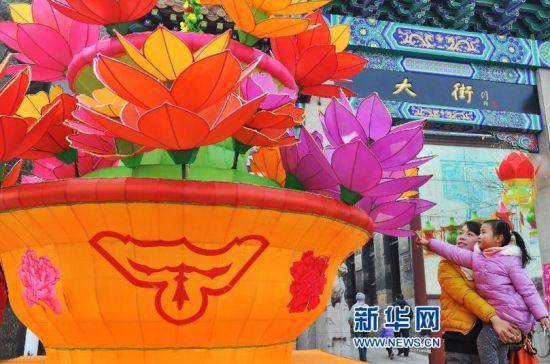 游客在山东周村古城赏花灯。