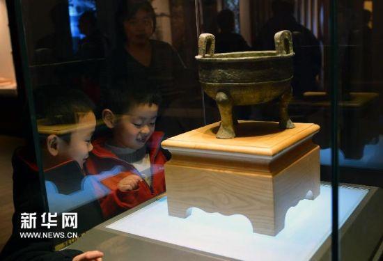 两位小观众在参观名家捐赠的文物。