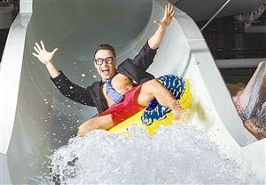 """""""第一选择""""公司展示水滑梯测试员工作照片。"""