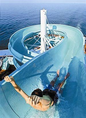 测试水滑梯十分惊险刺激。