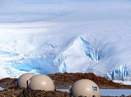 南极生态夏令营举办于每年11-12月期间,游客从开普敦搭乘飞机穿越美丽的南大洋,飞行大约5小时便能到达夏令营的所在地—德龙宁毛德地。