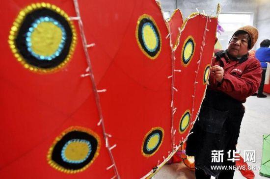 周村区南郊镇米山村花灯厂工人在制作蝴蝶造型花灯。