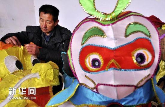 淄博市周村区南郊镇米山村花灯厂工人在制作动物造型花灯。