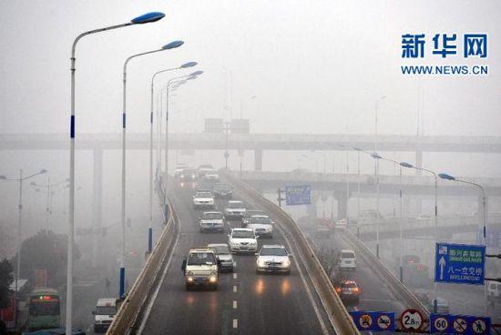 车辆在济南顺河高架路上缓慢行驶。
