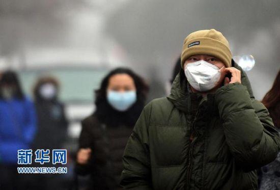 济南市民戴口罩出行。