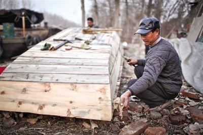 微山县三孔桥村附近,制作传统舢板船的小作坊。