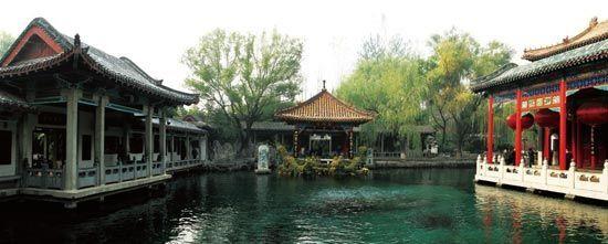 趵突泉是济南最负盛名的泉水。
