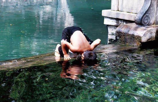 在泉边,尽情地与泉水亲密接触。