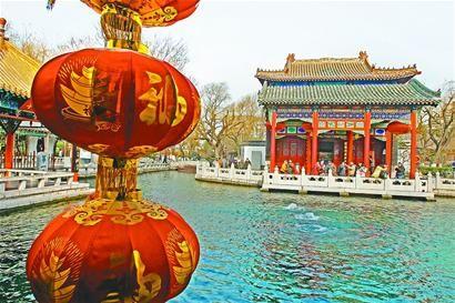 游客欣赏趵突胜景记者黄中明 摄(资料照片)