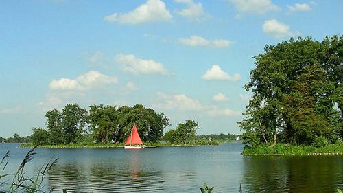 荷兰有很多航行传统,流传至今,几乎每个城镇都可乘船进出。