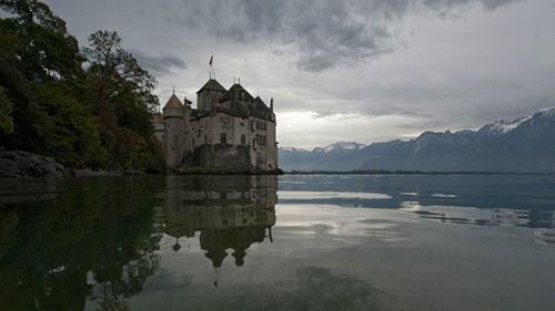 日内瓦湖上并非只有比赛,游客还可以租船巡游,观赏沿途风景,例如蒙特勒镇附近的夏兰古堡。