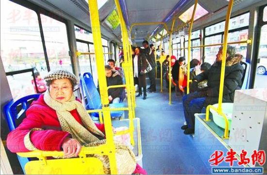 """13.7米长的""""巨无霸""""公交车车内非常宽敞。"""