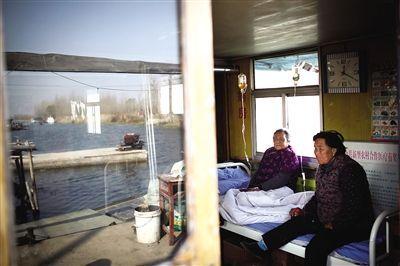 大捐村的水上船屋卫生院。