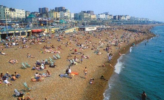 布莱顿海滩上没有白色的沙子,而是布满卵石。