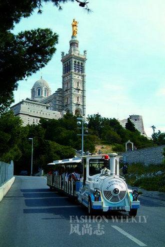 坐上独特的巴士,途径圣母大教堂。
