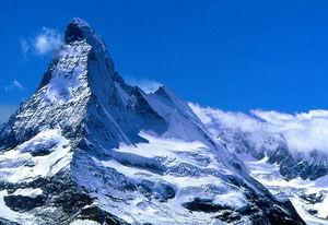 南针峰山顶终年积雪,与山脚的温差较大,山脚温度如果是20摄氏度,山顶很可能是零下7摄氏度。