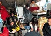 2007年,超载乘客挤通道