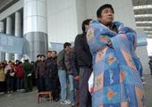 2009年,披棉被等待买票