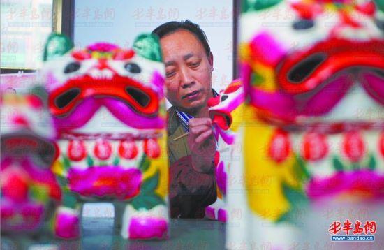 聂家庄泥塑艺人聂臣希正在给泥老虎上色。