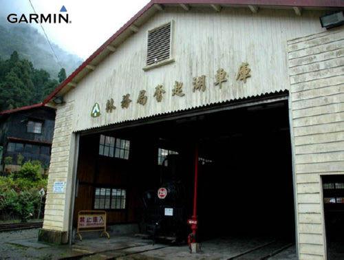 车库内象征着过去风光的火车头与机具,述说着曾经兴盛的点滴。