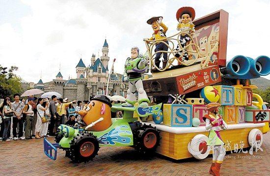 香港迪士尼乐园的卡通人物游行 新华社供图
