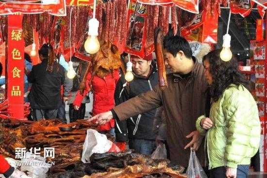 1月27日,济南市民在年货展销会上购买年货。新华社记者 郭绪雷 摄