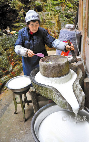 湖北恩施利川市土家族过春节前家家户户都忙着推手工豆腐