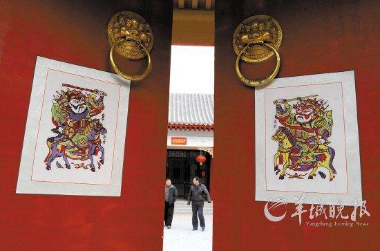 河南开封朱仙镇木版年画博物馆,大门就已经年味十足
