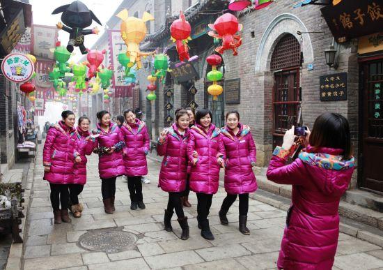 淄博周村古商城,导游们走在大街上形成了一道靓丽的风景线。